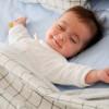 Зүүд нойрондоо үнэгчлэн инээж буй бяцхан хүүхдүүд